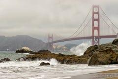 Golden gate bridge brumeux et roches, San Francisco images libres de droits