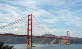 Golden gate bridge in cieli esili Fotografia Stock Libera da Diritti