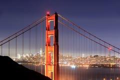 Golden gate bridge-Close-up met San Francisco Skyline Background op een duidelijke de winternacht royalty-vrije stock fotografie