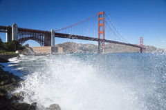 Golden gate bridge com as ondas Fotos de Stock Royalty Free