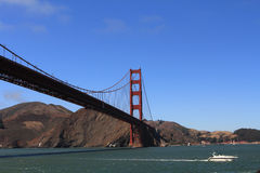 Golden gate bridge com barco Imagens de Stock Royalty Free