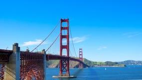 Golden gate bridge con il chiaro cielo in autunno Immagini Stock Libere da Diritti