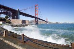 Golden gate bridge con le onde Immagini Stock Libere da Diritti