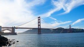 Golden gate bridge con leggermente nebbia Immagini Stock Libere da Diritti