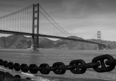 Golden gate bridge con una catena Fotografie Stock Libere da Diritti