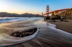Golden gate bridge da praia no por do sol Fotos de Stock Royalty Free