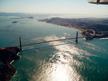 Golden gate bridge dall'aria con il fondo di San Francisco Fotografia Stock