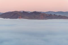Golden gate bridge dans la brume Photos stock