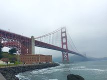 Golden gate bridge dans le matin brumeux, San Francisco, la Californie Photos stock