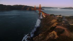 Golden gate bridge de aço vermelho incrível enorme do monte selvagem da montanha da natureza de San Francisco na skyline aérea do video estoque
