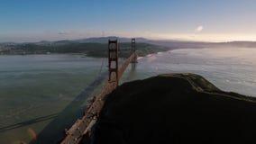 Golden gate bridge de aço vermelho magnífico enorme do monte selvagem da montanha da natureza de San Francisco na skyline aérea d vídeos de arquivo