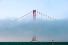 Golden gate bridge in de mist. royalty-vrije stock foto's