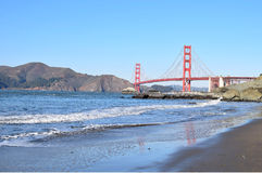 Golden gate bridge de plage de becher photo stock