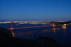 Golden gate bridge an der blauen Stunde lizenzfreies stockbild
