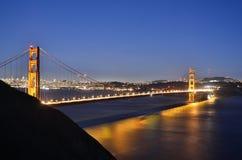 Golden gate bridge an der blauen Stunde stockbilder