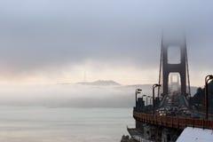 Golden gate bridge an der Dämmerung stockbild
