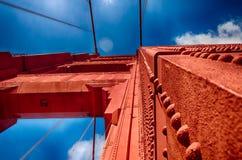 Golden gate bridge die (omhoog eruit zien) Stock Foto