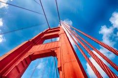 Golden gate bridge die (omhoog eruit zien) Royalty-vrije Stock Foto's