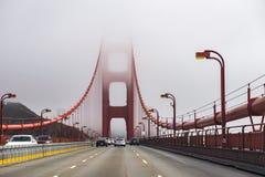 Golden gate bridge door mist en wolken, San Francisco wordt overspoeld dat royalty-vrije stock afbeeldingen