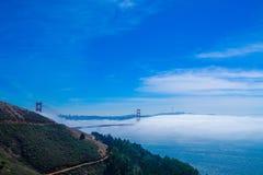 Golden gate bridge em Fogg e no céu azul com o oceano em San Francisco foto de stock