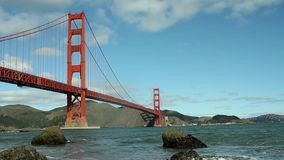 Golden gate bridge en baai met golven stock videobeelden