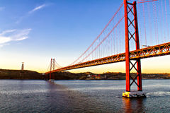 Golden gate bridge en Christus het Koningsstandbeeld in Lissabon Stock Afbeelding