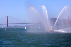 Golden gate bridge en Fireboat Beschermer Royalty-vrije Stock Foto