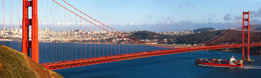 Golden gate bridge et un navire porte-conteneurs Photographie stock