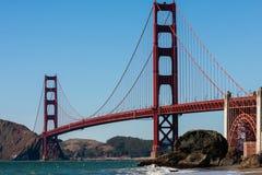 Golden gate bridge från botten Arkivfoto