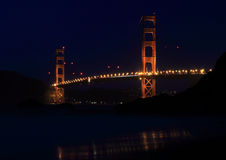 Golden gate bridge från bagarestranden på natten Arkivbilder