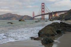 Golden gate bridge-Golven het Verpletteren stock afbeelding