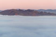 Golden gate bridge i misten arkivfoton