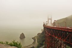 Golden gate bridge i regnet Arkivbilder