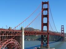 Golden gate bridge i San Francisco, Kalifornien med att inrama berg, blå himmel och berg arkivbild