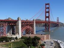 Golden gate bridge i San Francisco, Kalifornien med att inrama träd, berg och blå himmel arkivbilder