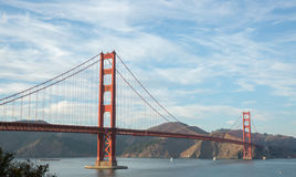 Golden gate bridge i wispy himlar Royaltyfri Foto