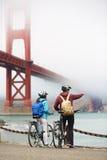 Golden gate bridge - jechać na rowerze pary zwiedzać Zdjęcie Royalty Free