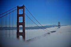 Golden gate bridge med dimman Royaltyfri Bild
