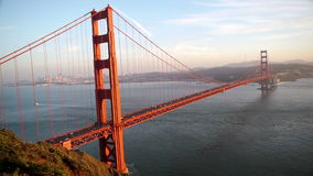 Golden gate bridge med San Francisco bakgrund arkivfilmer