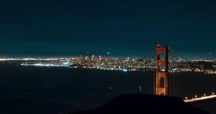 Golden gate bridge med stadssikter på natten stock video