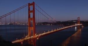 Golden gate bridge med stadssikter på solnedgången till natten stock video