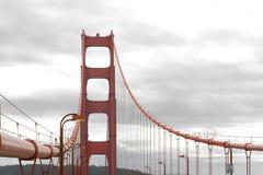 Golden gate bridge med trafik Arkivbild