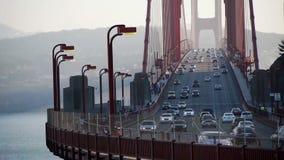 Golden gate bridge med trafik och folkcrossin arkivfilmer
