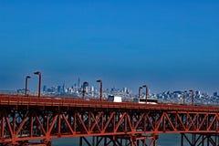 Golden gate bridge med trafik och San Francisco Overlook på bakgrunden Arkivbild