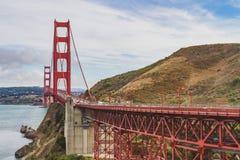 Golden gate bridge met auto's royalty-vrije stock afbeeldingen