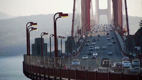 Golden gate bridge met verkeer en mensencrossin stock footage