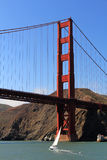 Golden gate bridge met Zeilboot Stock Afbeeldingen