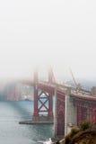 Golden gate bridge in mist royalty-vrije stock afbeeldingen