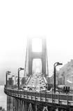 Golden gate bridge in mist met verkeer Stock Foto's