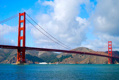 Golden gate bridge mit den Booten, die vorbei überschreiten Stockfoto
